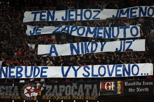Transparent fanoušků Sparty namířený na trenéra Příbrami Františka Straku.