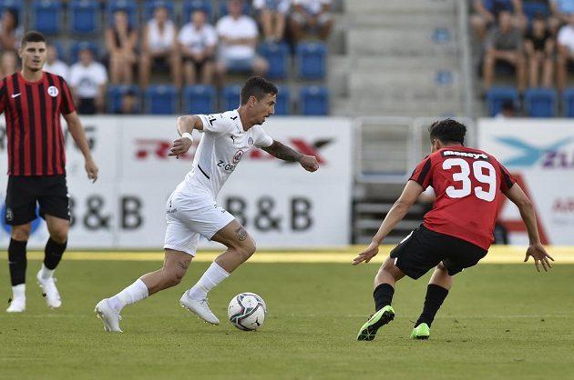Zleva Milan Petržela ze Slovácka a Parvizchon Umarboev z Lokomotivu během odvety druhého předkola Konferenční ligy.