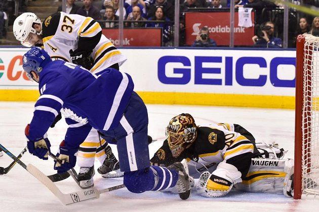 Brankář Bostonu Tuukka Rask (40) v akci během utkání s Torontem v prvním kole play off NHL.