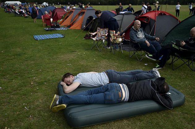 Z čekání na vstupenky do Wimbledonu se dá udělat i kempingová party.