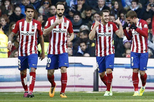 Radost hráčů Atlétika po prvním gólu v madridském derby proti Realu.