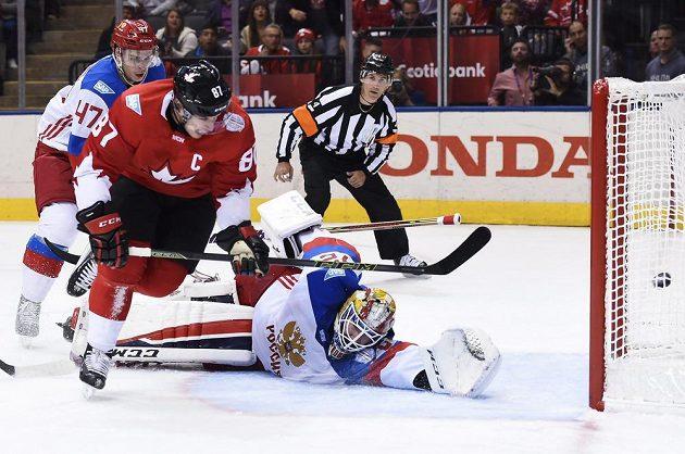 Kapitán Kanady Sidney Crosby (87) překonává ruského brankáře Sergeje Bobrovského (72).