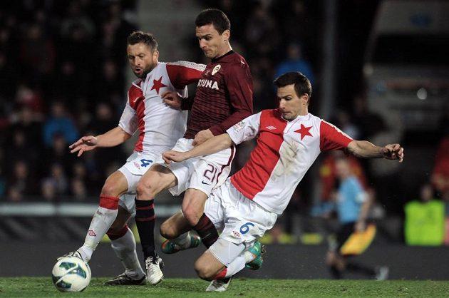 Útočník Sparty Praha David Lafata (uprostřed) a hráči Slavie David Hubáček (vlevo) a Martin Dobrotka.