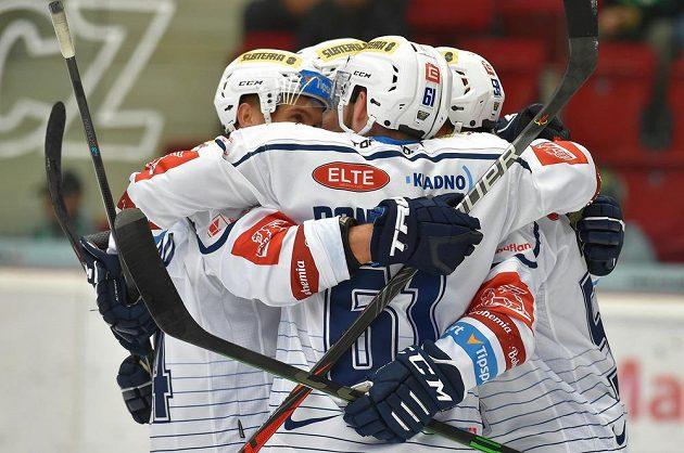 Hokejisté Kladna se radují z prvního gólu.