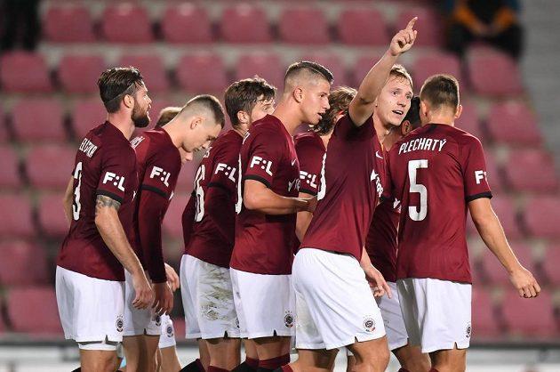 Fotbalisté Sparty slaví gól vstřelený do sítě Jablonce v utkání nejvyšší soutěže.