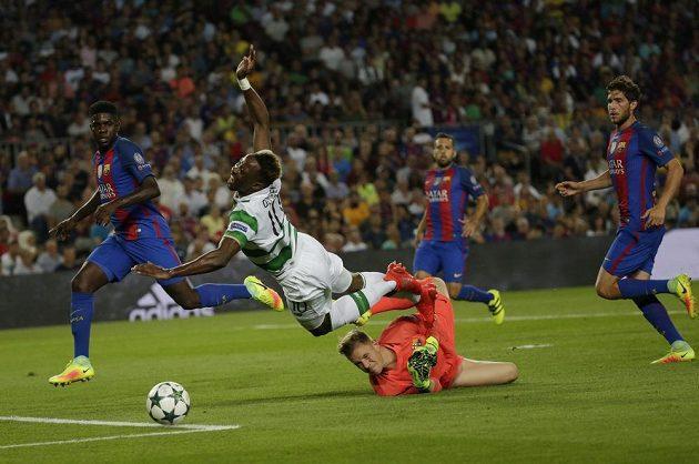 Moussa Dembélé padá po zákroku brankáře Barcelony Marca-Andrého ter Stegena, následnou penaltu však Celtic neproměnil.