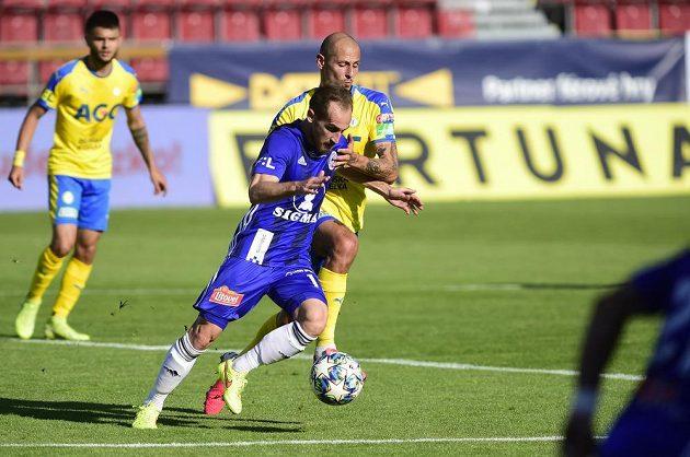 U míče zleva Pablo González z Olomouce a Tomáš Kučera z Teplic.