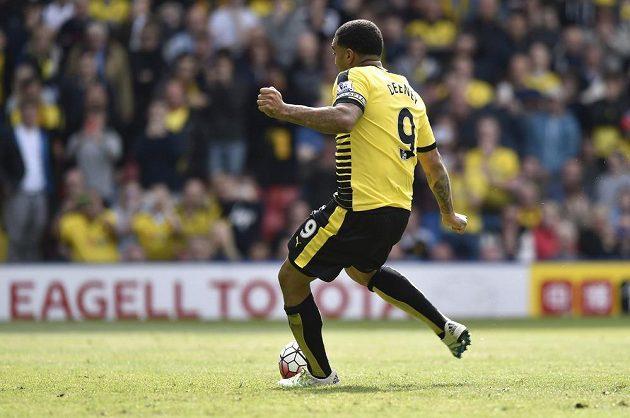 Troy Deeney z Watfordu proměňuje pokutový kop v zápase se Sunderlandem.