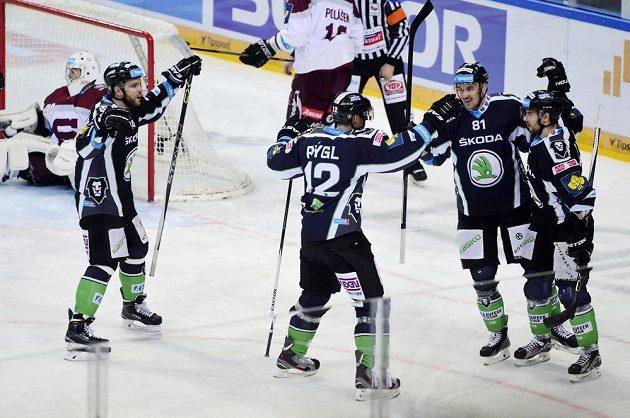 Hokejisté Mladé Boleslavi se radují z gólu proti Spartě.
