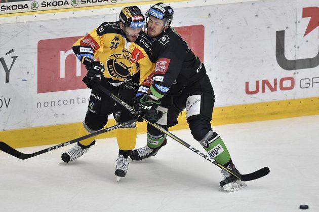 Litvínovský Viktor Hübl v souboji s mladoboleslavským Jiřím Říhou během utkání 34. kola ELH.