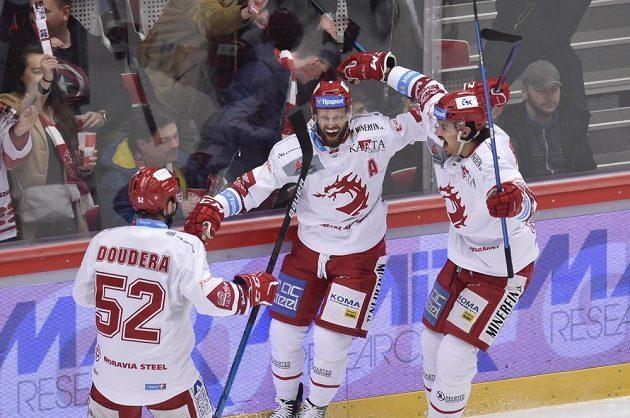 Hráči Třince (zleva) Milan Doudera, Martin Růžička a Matěj Stránský se radují z gólu proti Plzni.