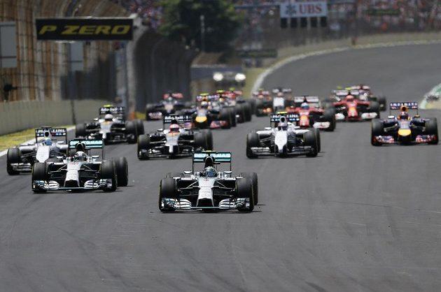 Německý pilot Nico Rosberg vede startovní pole krátce po startu GP Brazílie.