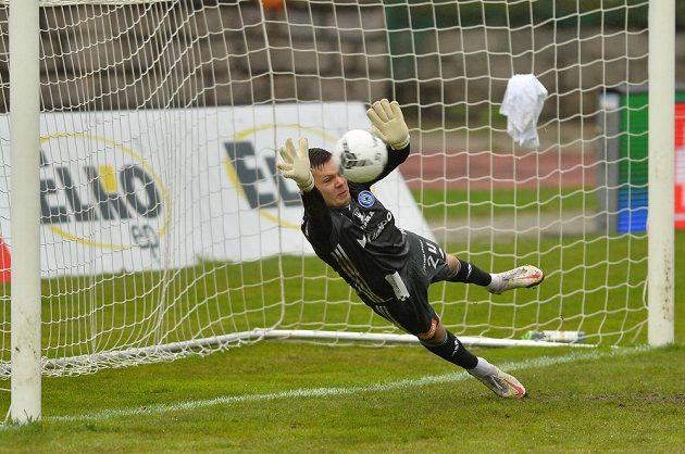 Brankář Olomouce Aleš Mandous nechytá penaltu.