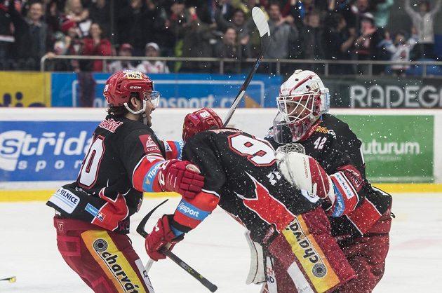 Radost hokejového Mountfieldu! Petr Zámorský, Radovan Pavlík a brankář Patrik Rybár z Hradce Králové oslavují výhru nad Třincem.