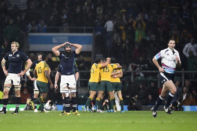 Ragbisté Austrálie slaví vítězství nad Skotskem ve čtvrtfinále MS. Vpravo běží do kabiny rozhodčí Craig Joubert.