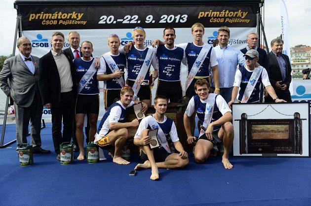 Vítězná dukelská posádka na stupních vítězů. Vlevo je předseda TOP 09 Karel Schwarzenberg, druhý zleva primátor Prahy Tomáš Hudeček.