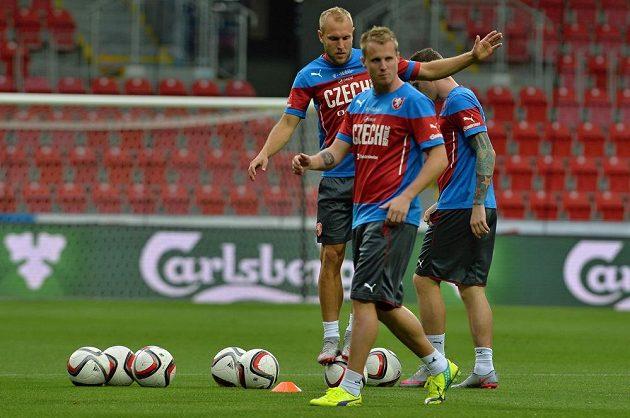 Čeští reprezentanti se připravují na kvalifikační duel s Kazachstánem. Vpředu je David Limberský, za ním Daniel Kolář.