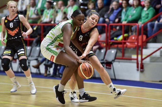 Gabrielle Alise Greenová z KP Brno a Michaela Vacková z Basket Žabiny Brno.