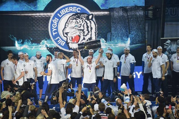 Fanoušci Liberce oslavují titul spolu s hokejisty a realizačním týmem v liberecké Home Credit Areně.