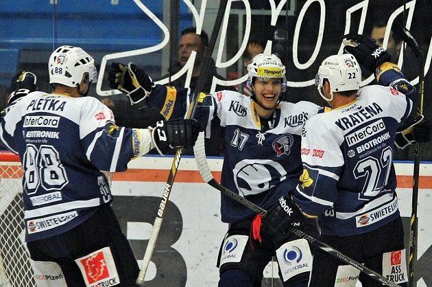 Autor hattricku Ján Sýkora (vlevo) a Ondřej Kratěna se radují z gólu Plzně v utkání s Třincem.