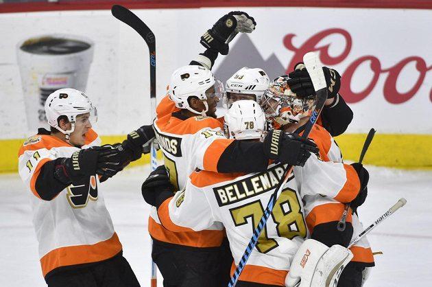 Radost hokejistů Philadelphie po výhře nad Washingtonem.