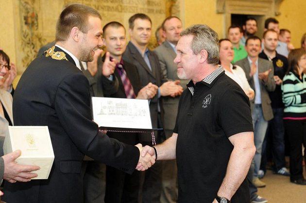 Primátor Plzně Martin Baxa (vlevo) předává městské ocenění trenérovi hokejistů Milanu Razýmovi.