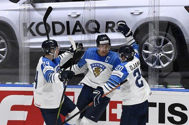 Finští hokejisté (zleva) Kaapo Kakko, autor branky Marko Anttila a Niko Ojamäki se radují z vyrovnání ve finále MS.