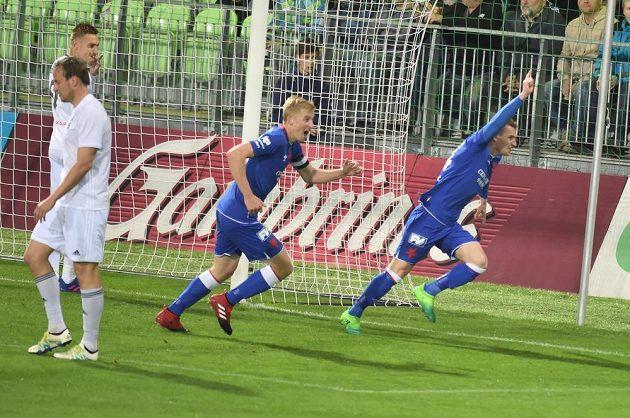 Radost Slavie z úvodního gólu. Vpravo Mešanovič, vlevo Frydrych.