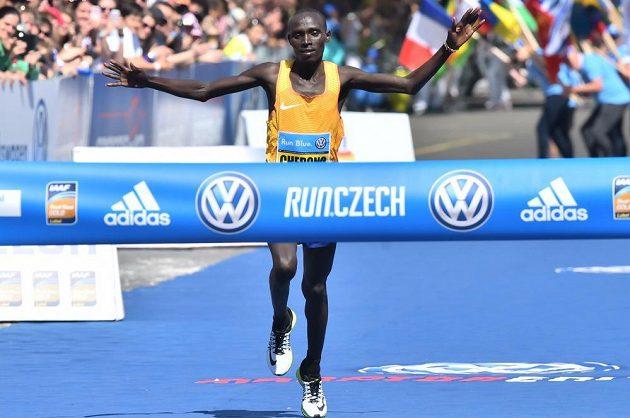 Pražský maratón vyhrál keňský běžec Lawrence Cherono.