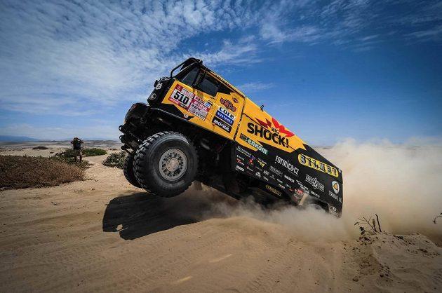 I v páté etapě Dakaru závodníky potrápily peruánské duny nedaleko Pacifiku. Martin Macík i přes problémy udržel průběžné čtvrté místo.