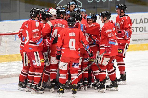 Hokejisté Olomouce se radují z vítězství.