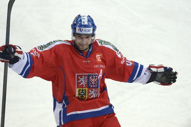 Český útočník Radek Smoleňák slaví gól proti Švédsku na turnaji Karjala.