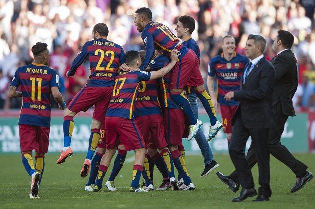 Zleva Neymar, Aleix Vidal, Munir el Haddadi, Sergio Busquets a Rafael Alcantara slaví zisk mistrovského titulu.