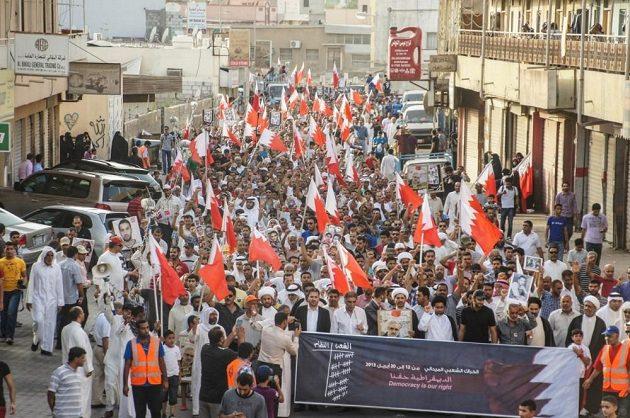 Ulice bahrajnské Manámy opět ovládla opozice vládnoucího režimu. Protesty byly namířeny i proti závodu formule 1, který se v zemi koná.