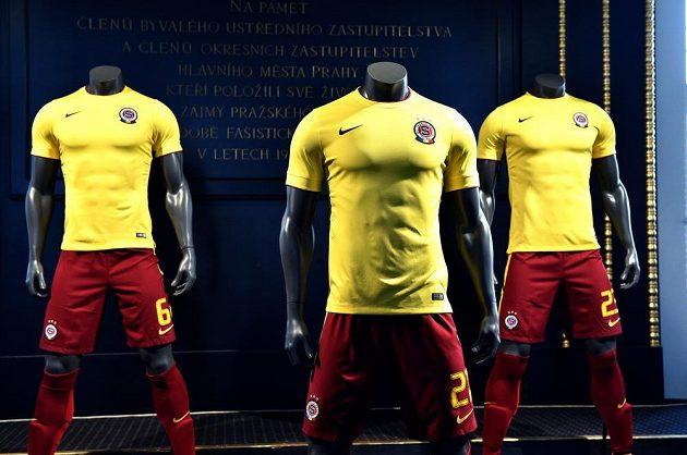 Fotbalová Sparta představila na Staroměstské radnici nové venkovní dresy Nike.