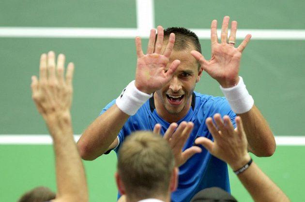 Český tenista Lukáš Rosol slaví s týmem vítězství nad Francouzem Jo-Wilfriedem Tsongou.