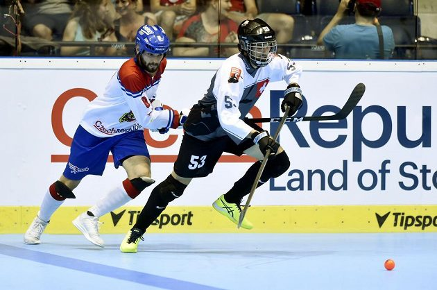 Český hokejbalista Lukáš Soukup (vlevo) a Thomas Huber ze Švýcarska.