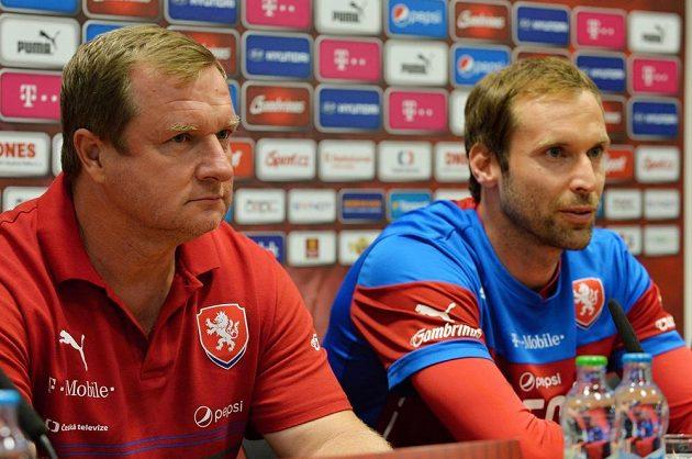 Reprezentační trenér Pavel Vrba (vlevo) a kapitán mužstva Petr Čech během tiskové konference v Plzni.