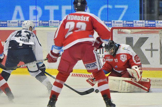 Jan Kovář z Plzně, Jiří Ondrušek z Olomouce a brankář Olomouce Jan Lukáš v akci během čtvrtfinále play off.