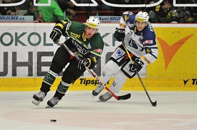Karlovarský forvard Roman Pšurný (vlevo) a Ján Sýkora (vlevo) z Plzně v utkání 16. kola hokejové Tipsport extraligy.