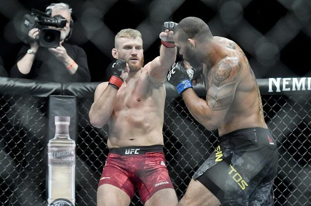 Jan Blachowicz z Polska (vlevo) a Thiago Santos z Brazílie v duelu polotěžké váhy na Večeru smíšených bojových umění UFC Fight Night Prague