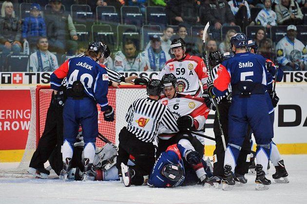Do potyčky před brankou Frölundy se během osmifinále Ligy mistrů zapojili liberečtí hráči (zleva) Lukáš Jašek, Adam Jánošík a Ladislav Šmíd a hráči Frölundy Kristoffer Gunnarsson (číslo 6) a Simon Hjalmarsson (číslo 59).