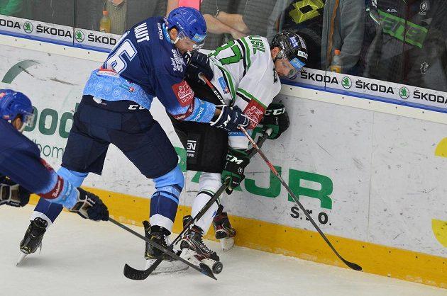 Kladenský Tomáš Kaut (vlevo) bojuje o puk s Pavlem Musilem z Mladé Boleslavi.