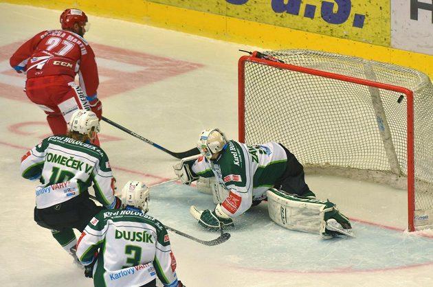 Třinecký útočník Martin Růžička překonává karlovarského brankáře Tomáše Závorku v zápase 18. kola hokejové Tipsport extraligy.
