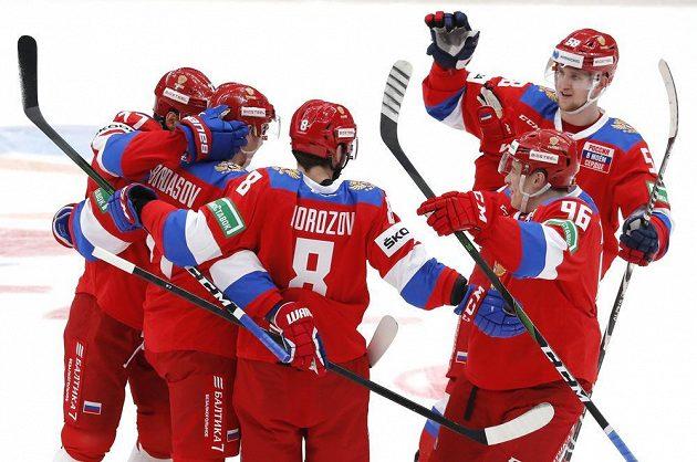 Ruský hokejista Anton Burdasov slaví gól v české síti.