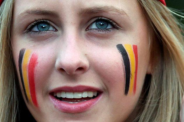 Belgická fanynka sleduje zápas s Maďarskem.