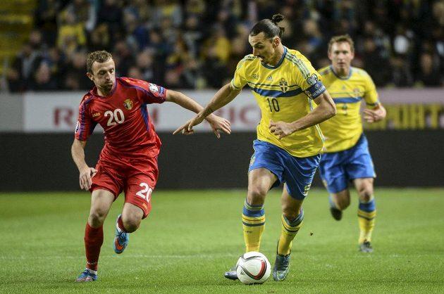 Švédský snajpr Zlatan Ibrahimovic (č. 10) se snaží uniknout Alexandru Vremeaovi z Moldávie.