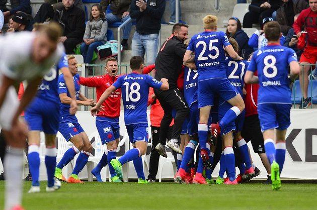 Hráči Slavie se radují z druhého gólu v Mladé Boleslavi.