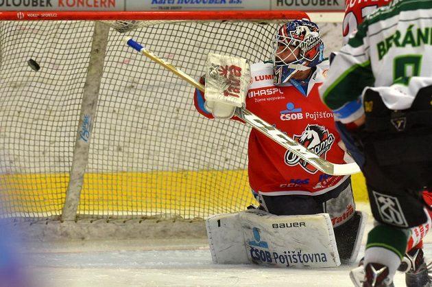 Brankář Pardubic Martin Růžička inkasuje v zápase s Karlovými Vary první gól.