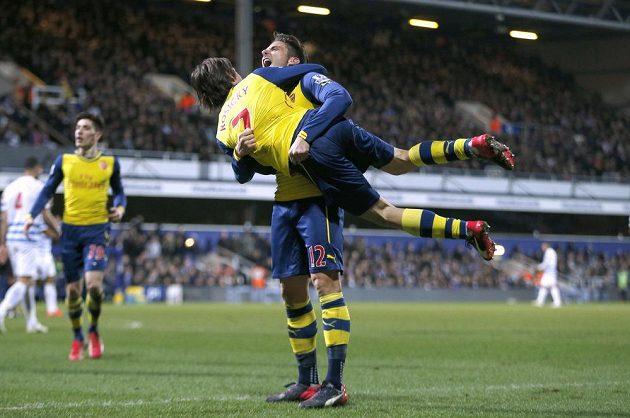 Olivier Giroud z Arsenalu oslavuje svoji trefu proti QPR s Tomášem Rosickým.